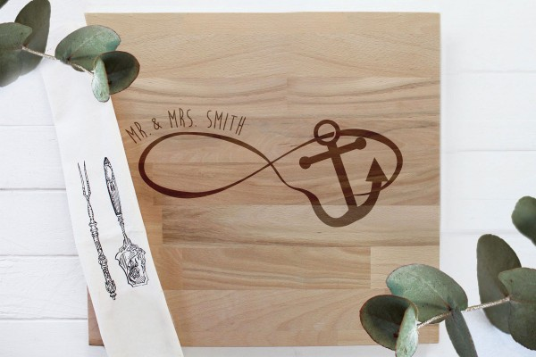 Schneidebrett aus Holz mit persönlicher Gravur, Infinity Anker