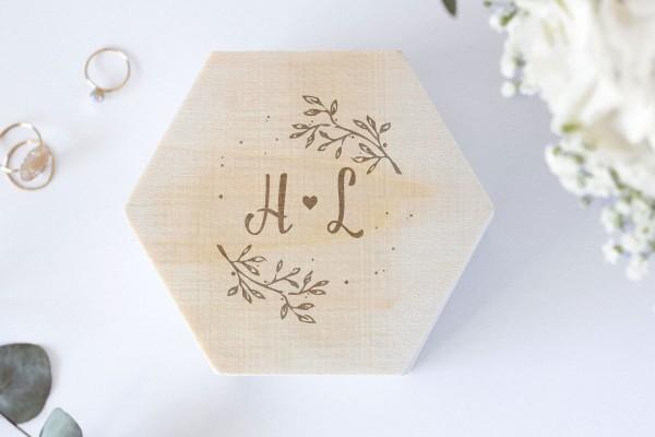 Ringschachtel geometrisch mit Zweigen personalisiert aus Holz