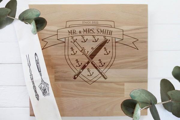 Schneidebrett aus Holz mit persönlicher Gravur, Namen und Anker Wappen