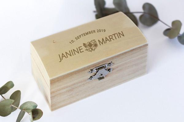 Ringbox, Holzschatulle für Ehering mit persönlicher Gravur und Blumen