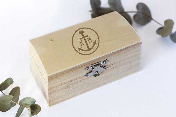 Ringbox, Holzschatulle für Ehering mit persönlicher Gravur und Anker und Initialen
