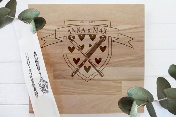 Schneidebrett aus Holz mit persönlicher Gravur, Namen und Herzen Wappen
