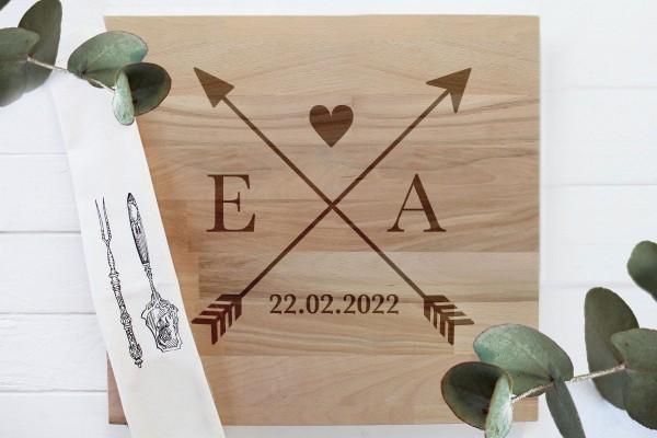 Liebespfeile mit Initialen Schneidebrett Hochzeitsgeschenk mit Namen für das Brautpaar